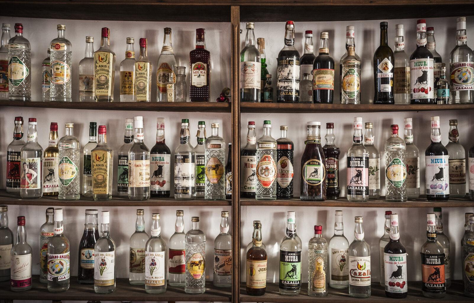 Bodegón de botellas de licor Miura