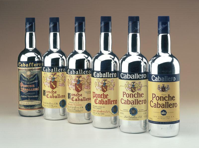 Las botellas de Ponche Caballero durante el tiempo